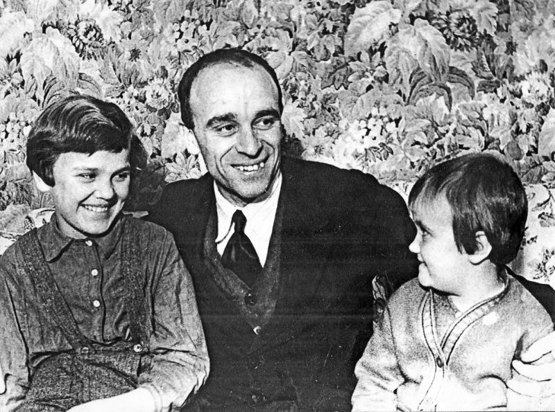 Малышев с дочерями Лией и Майна, фото конца 30-х